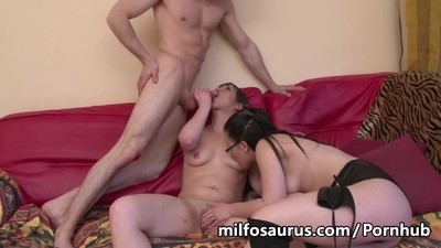 Amateur threesome with anal