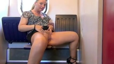 Blonde MILF strullt in den..