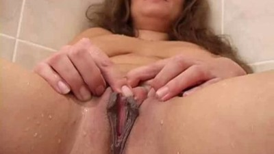 Mature shaved and masturbate..